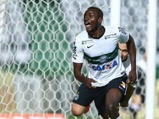 Joel marcou o terceiro gol e fechou o caixão do São Paulo no Couto Pereira