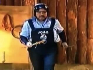 O apresentador leva duas ferramentas, uma em cada mão, o que era proibido
