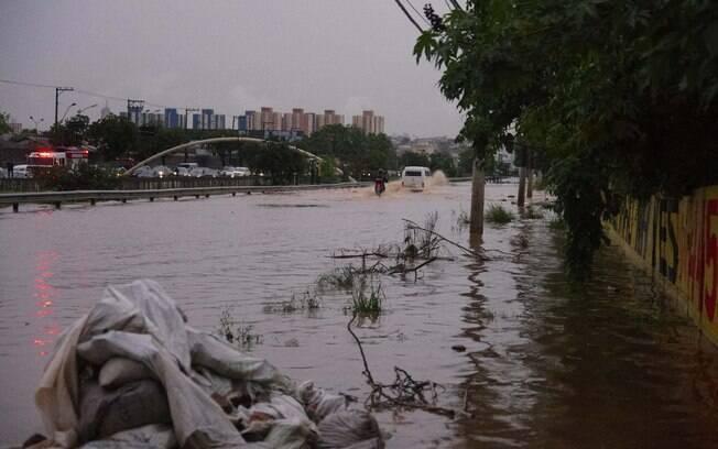 Avenida dos Estados em Santo André (SP) ficou alagada nesta quarta-feira (24).