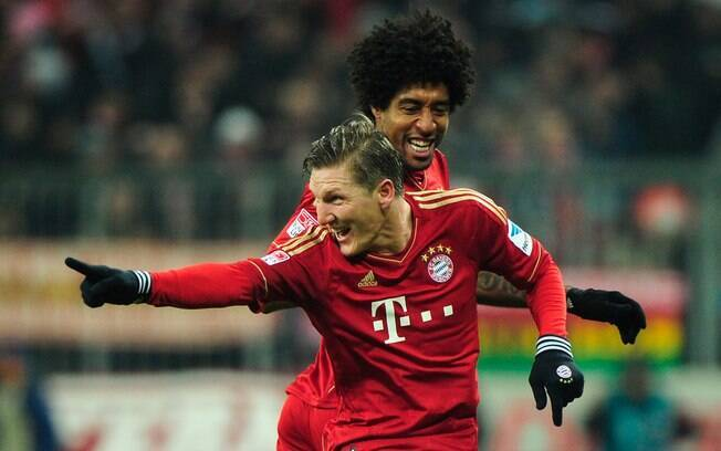 Schweinsteiger comemora com Dante gol do  Bayern de Munique contra o Schalke