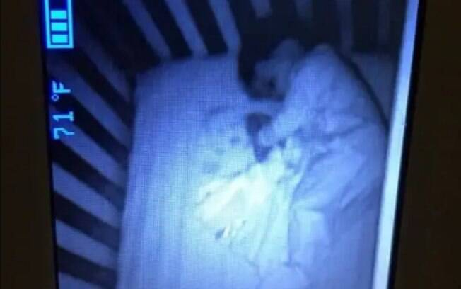 A mãe ficou assustada ao ver que o filho estava dormindo ao lado de um bebê, o qual ela pensou ser um fantasma