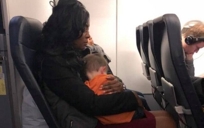 Foto de desconhecida segurando o filho de outra mulher durante o voo está circulando pelas redes sociais