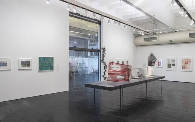 A exposição conta com diversas obras da artista, que se inspirou em linhas paralelas e em nós lineares.