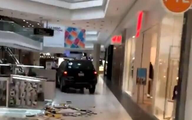 Homem invadiu shopping dirigindo SUV