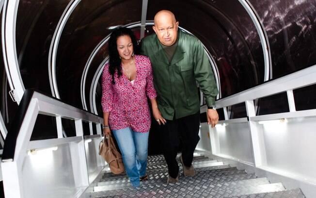 Hugo Chávez e sua filha Rosa embarca em avião em direção a Cuba em outubro de 2011 para o presidente fazer exames
