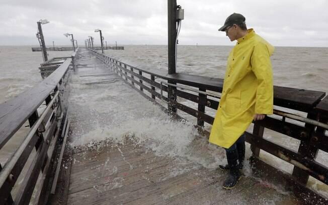 Tempestade tropical Lee volta a ganhar força e deve se tornar furacão neste domingo (24), segundo o Centro Nacional de Furacões dos  EUA