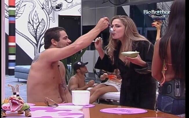 Renata toma sorvete servido por Rafa