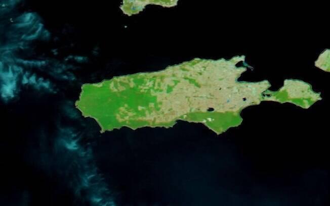 A ilha em 16 de dezembro de 2019: vegetação ainda intacta.