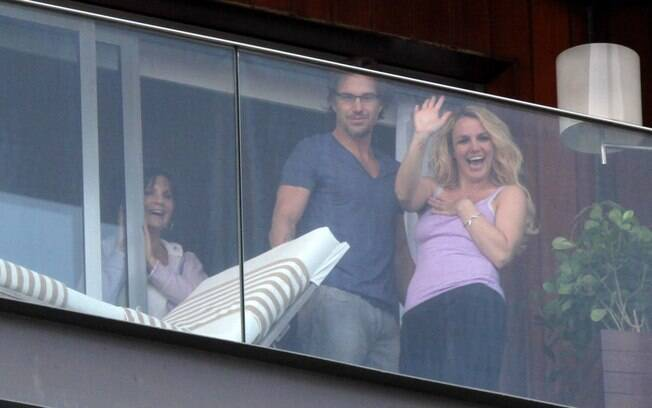 Britney Spears, ao lado do namorado, Jason Trawick, acena da sacada do hotel