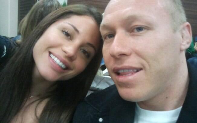 Maria Melilo no aeroporto com o namorado