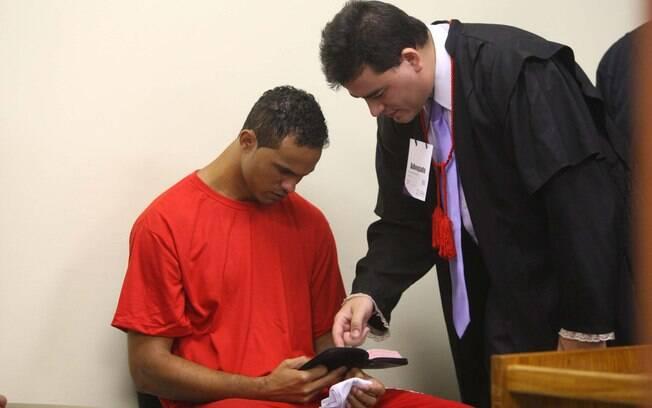 Advogado Tiago Lenoir mostra trecho da bíblia a Bruno em julgamento em Contagem