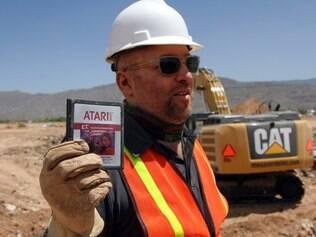 O diretor de cinema Zak Penn, que está à frente da produção do documentário, mostra uma caixa do game