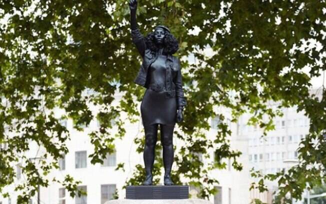 Estátua da ativista negra Jen Reid instalada em Bristol, na Inglaterra.
