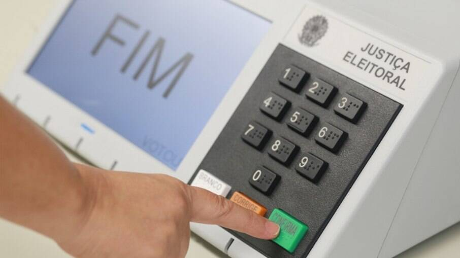 Urna eletrônica passa por Teste de Integridade em eleições municipais 'atrasadas' neste domingo (12)