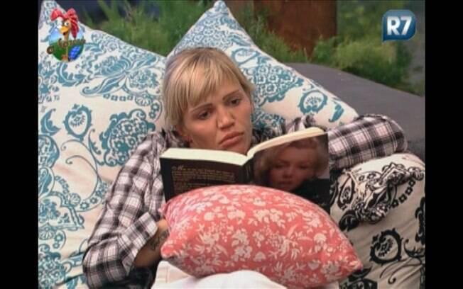 Durante a madrugada, Duda se concentra na leitura