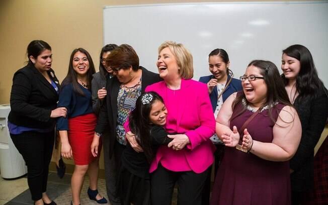 A Secretária de Estado sorri ao lado de eleitores após a confirmação da vitória deste sábado (20)