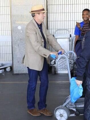 O ator e músico Hugh Laurie desembarca no Rio de Janeiro