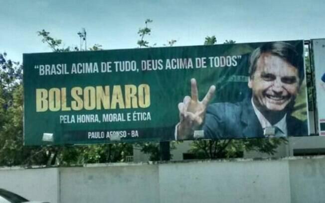 """Outdoor na Bahia: """"Brasil acima de tudo, Deus acima de todos. Bolsonaro. Pela honra, moral e ética. Paulo Afonso - BA"""""""