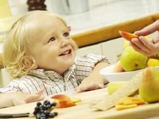 Alimentos saudáveis podem ser oferecidos às crianças de várias formas