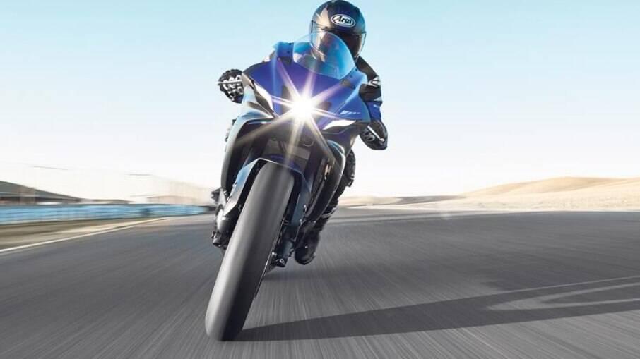 Nova Yamaha R9 vai ficar acima da R7 da imagem acima e abaixo da topo de linha R1, com motor de 200 cv