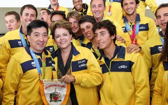 Hugo Hoyama e medalhistas do Pan 2011 ao lado de Dilma Rousseff