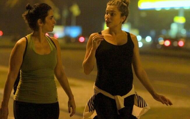 Grazi Massafera aproveitou a noite agradável que faz no Rio para caminhar e colocar o papo em dia com uma amiga