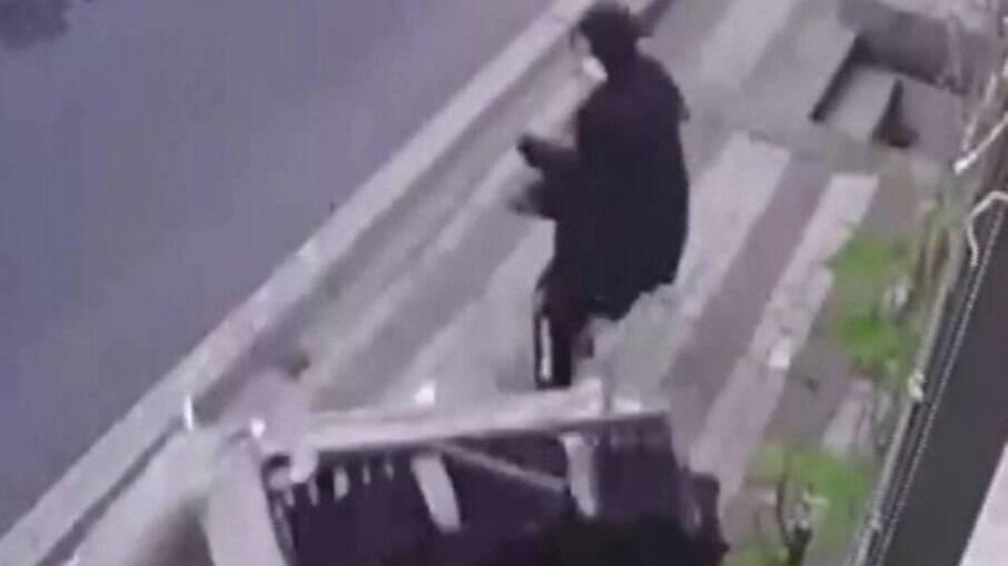 Mulher é quase atingida por sofá na Turquia
