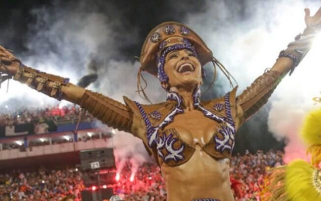 Sabrina entrou tão apressada no Anhembi, que não conseguiu vestir toda a fantasia do desfile da Gaviões da Fiel