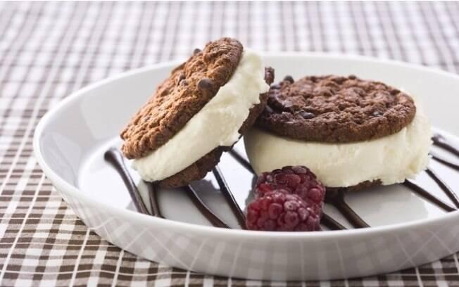 Que tal a mistura de biscoito, sorvete e chocolate?