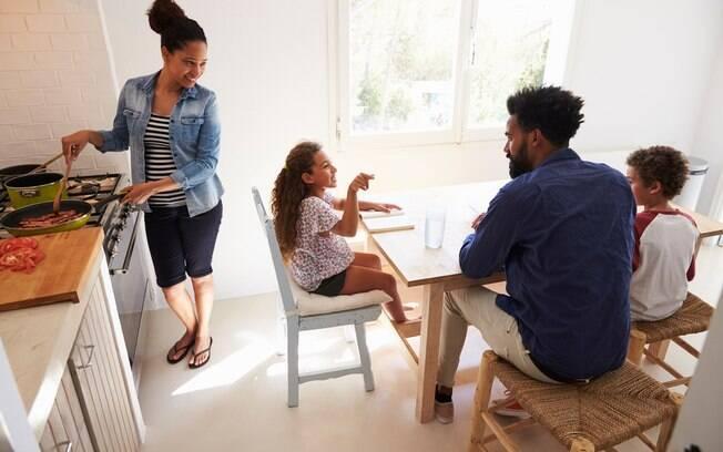 Famílias que são religiosas podem criar brincadeira de perguntas e respostas para revisar o que foi dito nas cerimônias