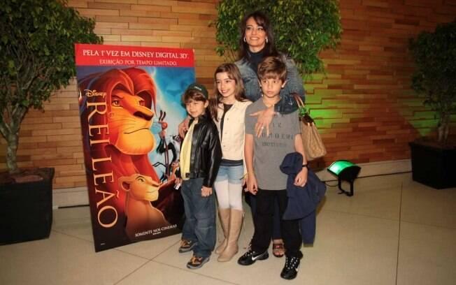 Prestes a se casar, Carla Vilhena leva os filhos, Marcelo, Clarissa e Pedro, ao cinema.