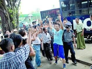 Manifestação. Ativista (de azul) protesta contra Poderes Executivo, Legislativo e Judiciário em Mianmar