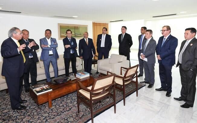 Paulo Guedes (primeiro da esquerda) em reunião com políticos de Roraima