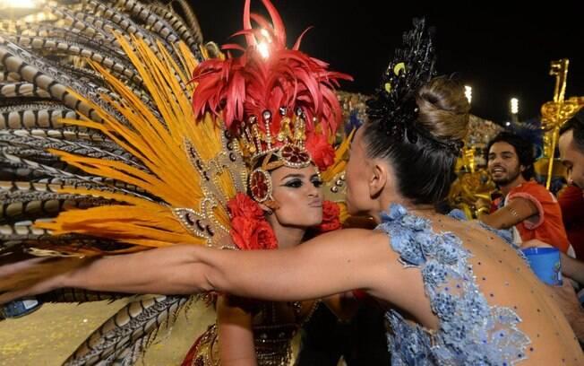 Sabrina Sato beija Thaila Ayala durante o desfile da Grande Rio. Foto: Erbs Junior / AgNews