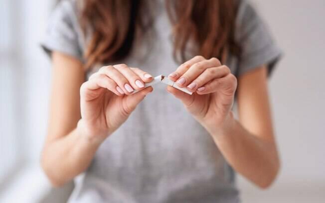 Além da alimentação e dos exercícios físicos, parar de fumar é outra atitude importante para ter uma vida mais saudável