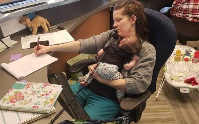 Foto de mãe trabalhando com recém-nascido de três meses no colo é clicada por chefe de empresa e viraliza nas redes