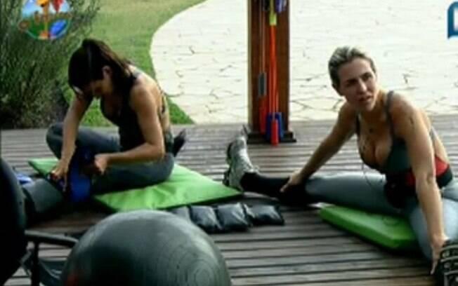 Joana e Taciane se alongam antes de começar o treino