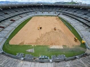 Durante os 10 próximos dias será feita o nivelamento do campo e, em seguida, o plantio do gramado