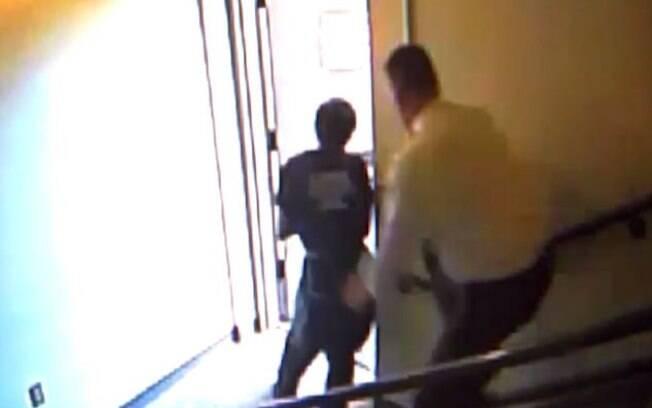Juiz corre atrás dos detentos em quatro lances de escada, até que consegue pegar um deles