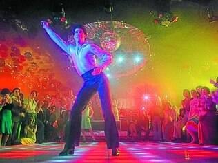 Nasce um astro. Depois de pequenas pontas em várias produções, Travolta se consagrou um astro com a coreografia de Tony Manero