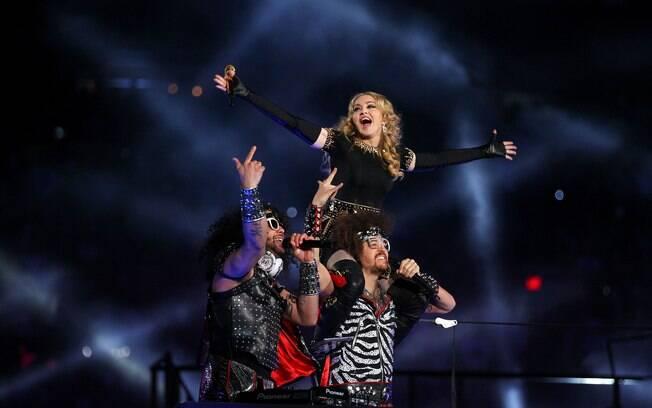 Madonna não resistiu e subiu no ombro de Redfoo, do LMFAO