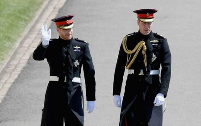 Príncipe Harry ao lado do irmão, Príncipe William