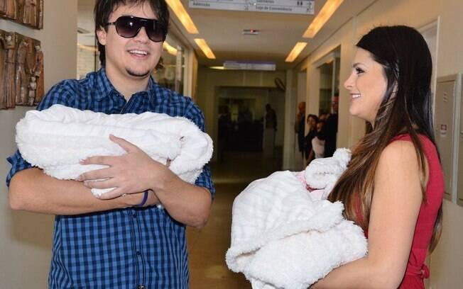 Natália Guimarães e Leandro, do KLB, deixam a maternidade São Luis, em São Paulo