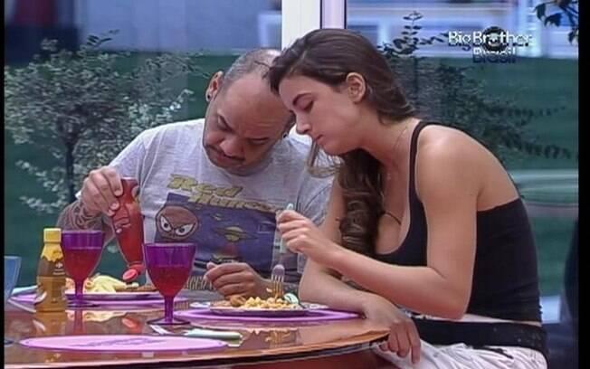 João e Laisa comem macarrão e empanados de frango