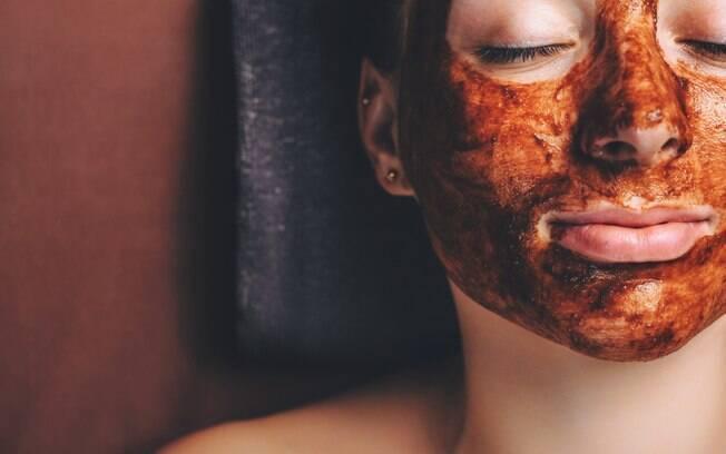 Aprenda a fazer uma máscara facial de chocolate em casa