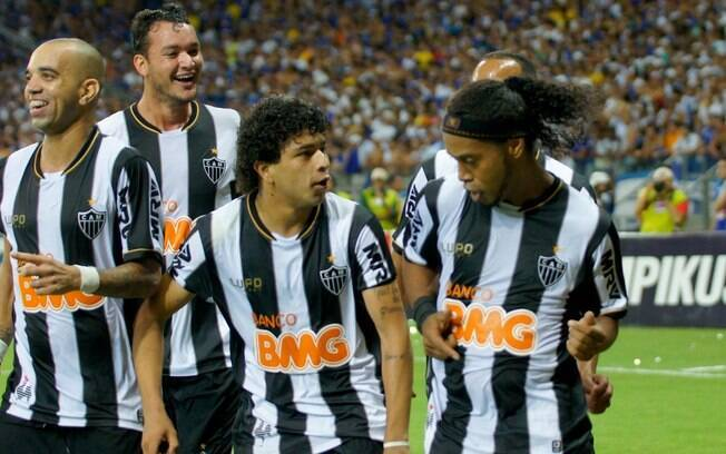 Ronaldinho Gaúcho comemora seu gol de  pênalti, diante do Cruzeiro, na final do  Campeonato Mineiro