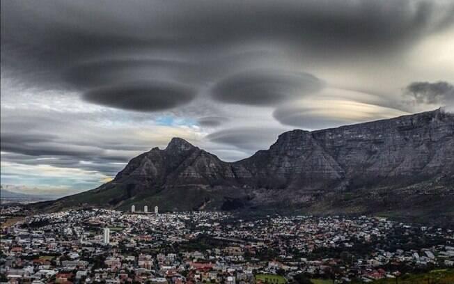 Nuvens em formas de naves alienígenas foram vistas no último domingo (8) na Cidade do Cabo