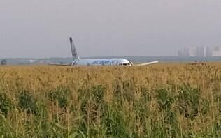 Avião faz pouso de emergência em milharal após atingir pássaros; assista