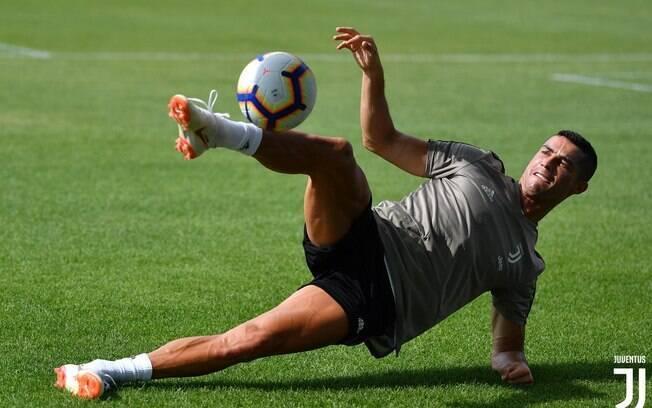 Cristiano Ronaldo mostra talento durante treino na Juventus; CEO do Bayern, porém, disse que não investiria tão alto em um atleta de 33 anos