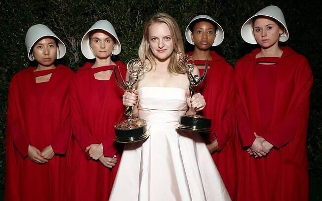 As melhores fotos de famosos de 2017: Elisabeth Moss recebe Emmy por ''O Conto da Aia''. Foto: Reprodução/IMDB